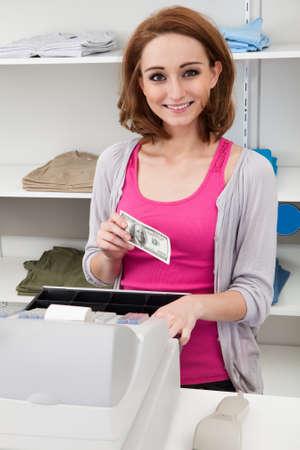 maquina registradora: Feliz Joven Mujer Con Caja Registradora Cash En El Contador Foto de archivo