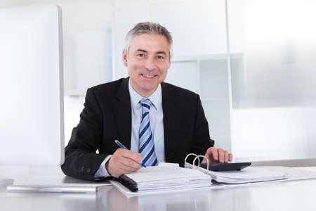 Portret Van Rijpe Zakenman Berekenen Financiën Op Kantoor