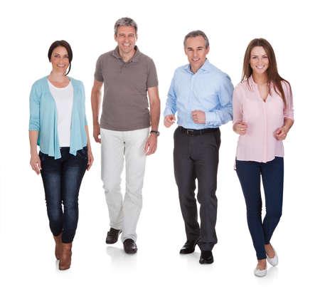 la gente: Ritratto di felice gente che cammina su sfondo bianco