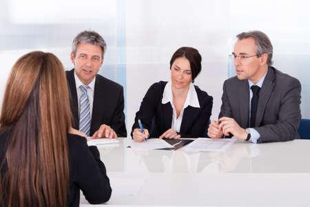 Gruppe von Gesch?ftsleuten Interviewing Frau Im B?ro