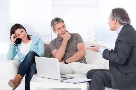 Consultant Mature essayant d'expliquer couple était inquiet Banque d'images - 20615433