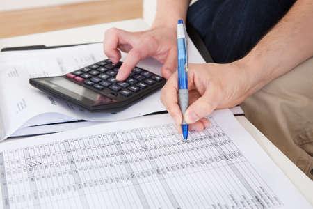 Portret van jonge gelukkige paar het berekenen van de begroting