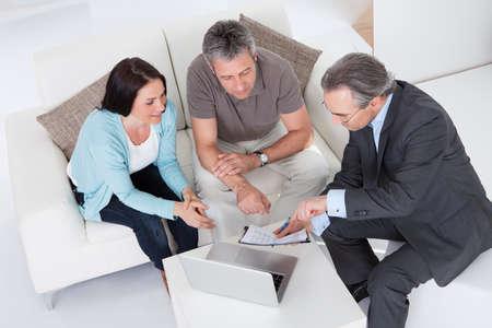Couple heureux et consultant d'âge mûr discutant ensemble Banque d'images - 20615373