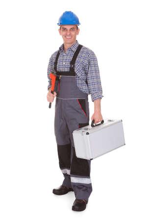 dělník: Šťastný Muž dělník drží worktool Na Bílém Pozadí