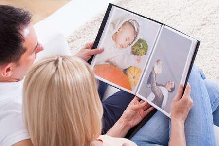 フォト アルバムを見てカップルの肖像画 写真素材