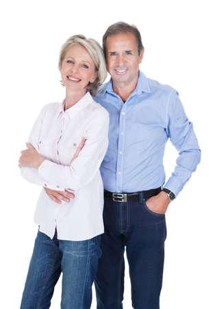 Retrato de la feliz pareja encantadora madura aislado más de fondo blanco