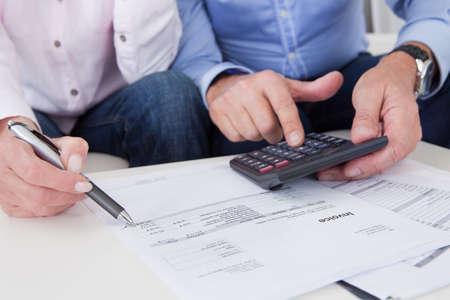 pareja casada: Primer plano de una pareja madura haciendo finanzas en el hogar