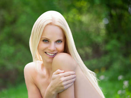 Portrait Of Young Topless Woman Relaxing In Nature Banque d'images