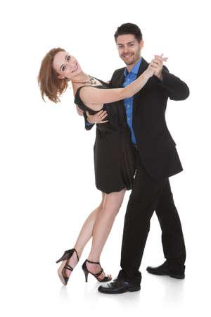 pareja bailando: Feliz pareja de j?venes bailando sobre fondo blanco