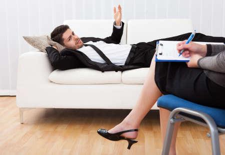 sessão: Business homem reclinado confortavelmente em um sof