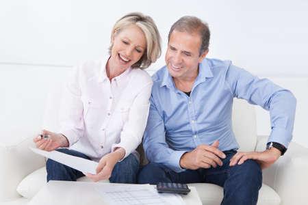 Portrait d'un couple assis sur le canapé succès Bénéficiant d' Banque d'images - 20983917