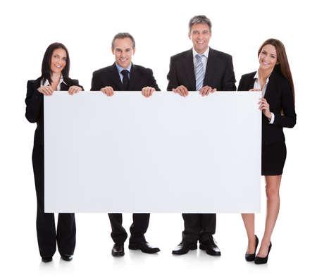 白い背景上にプラカードを置くビジネス人々 の肖像画