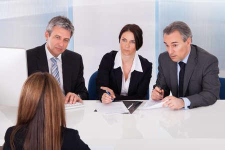 entrevista: Grupo de empresarios Entrevistar Mujer En La Oficina