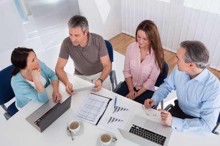 connexion: Portrait de l'heureux Gens d'affaires Travailler ensemble