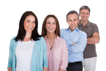 白い背景に分離の行に立って幸せなビジネスマンのグループ