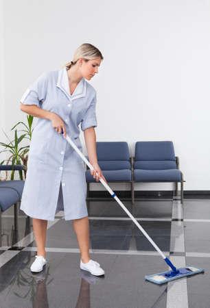 메이드는 사무실에서 청소와 바닥 청소 스톡 콘텐츠 - 20962316