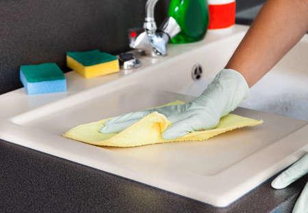 femme nettoyage: Portrait de femme de nettoyage Plan de travail de cuisine Banque d'images