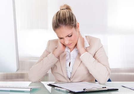 crick: Giovane donna di affari che soffrono di dolori al collo In Ufficio