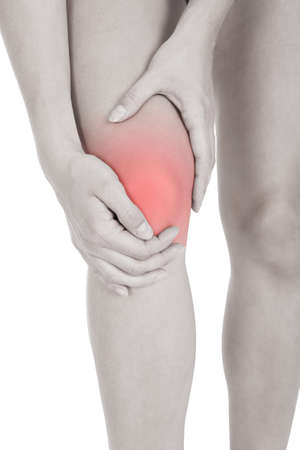 osteoporosis: Cerca de la lesión en la pierna mujer aislada en el fondo blanco