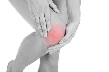 dolor de rodilla: Cerca de la lesión en la pierna mujer aislada en el fondo blanco