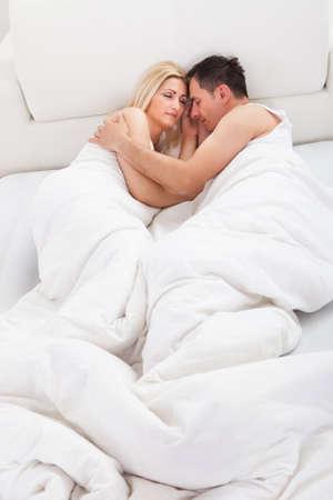 pareja durmiendo: Amante de la pareja dormir tumbado en la cama en el pa�s