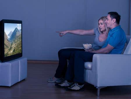 Happy Couple Eating Popcorn En Televisie kijken