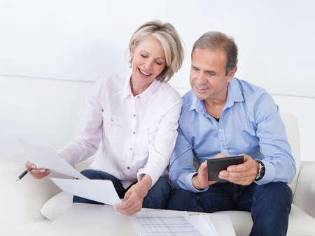 planificaci�n familiar: Retrato de una pareja sentada en el sof� �xito Disfrutar