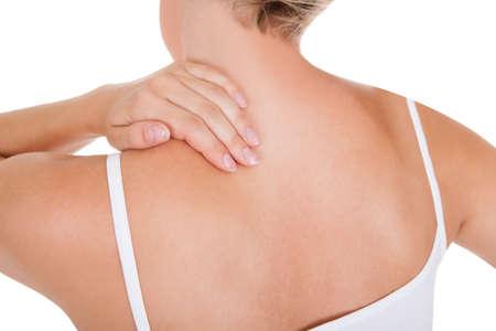 epaule douleur: Gros plan d'une femme ayant le mal de dos isolé sur fond blanc