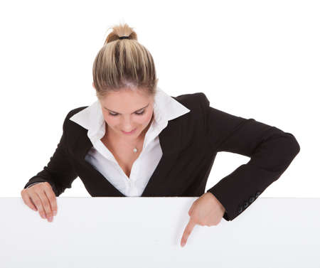 para baixo: Negócios nova feliz que prende o cartaz em branco sobre fundo branco