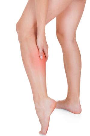 convulsion: Cerca de la lesi�n en la pierna mujer aislada en el fondo blanco