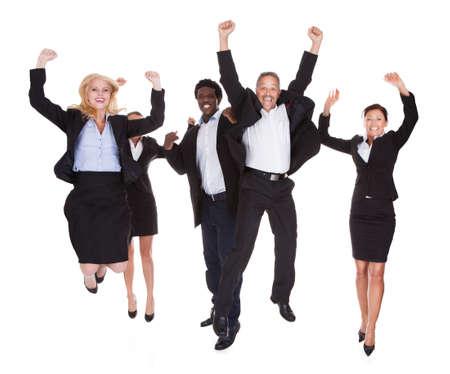 personas saltando: Grupo multirracial de hombres de negocios que levanta el brazo sobre el fondo blanco