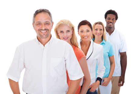 Grupo de personas multirraciales pie en una fila en el fondo blanco