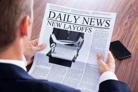 신문에서 읽고 사업가 뉴스의 근접