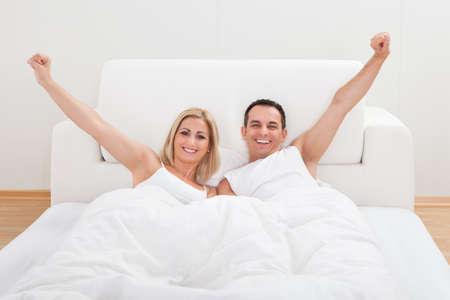 pareja durmiendo: Retrato de pareja amorosa Waking Up In Bed Foto de archivo
