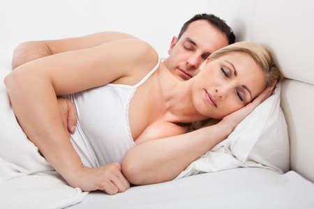 pareja durmiendo: Amante de la pareja dormir tumbado en la cama en el país