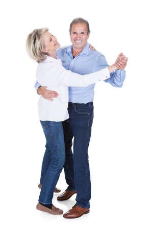 pareja bailando: Feliz baile Pareja madura aislado más de fondo blanco Foto de archivo