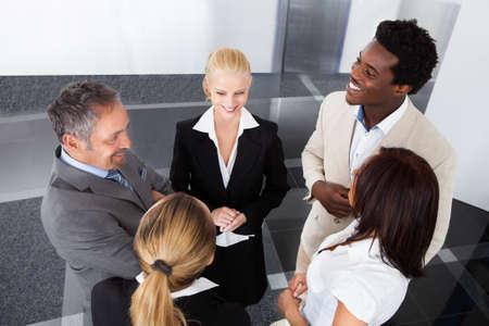 socializando: Retrato de hombre de negocios con sus colegas