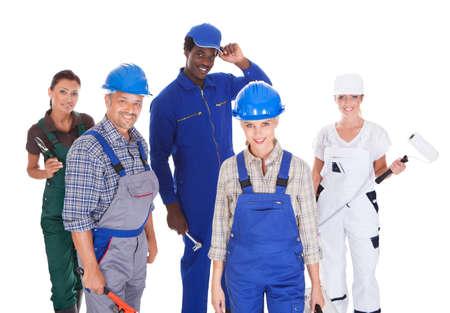 diferentes profesiones: Grupo de personas que representan diversas profesiones en el fondo blanco