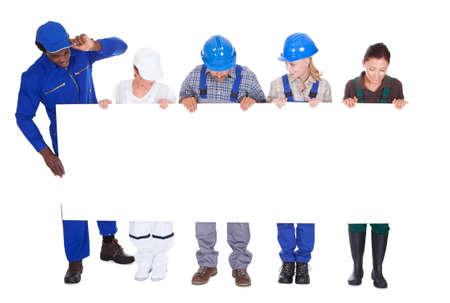 diferentes profesiones: Personas con profesiones diversas celebraci�n de cartel sobre el fondo blanco