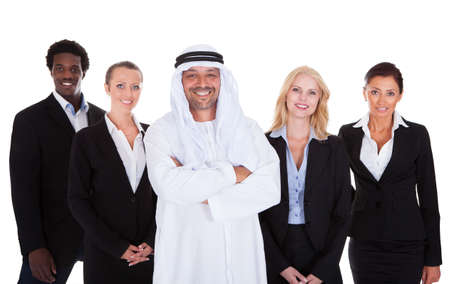 hombre arabe: El hombre árabe que se coloca con empresarios sobre el fondo blanco