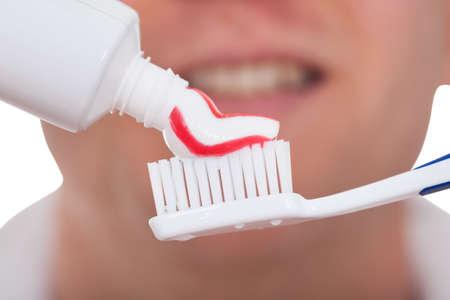 pasta dental: Cerca De Hombre con cepillo de dientes y pasta de dientes