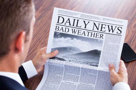 ビジネスマンの読書天気ニュース新聞のクローズ アップ 写真素材