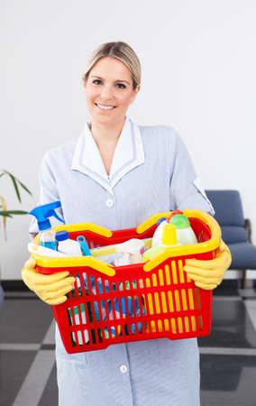 personal de limpieza: Joven feliz llevando Maid Equipo de Limpieza