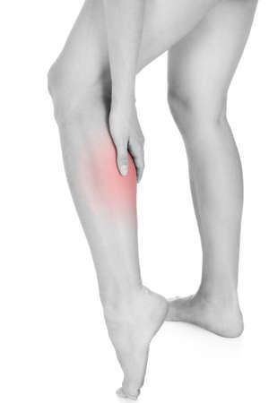 convulsion: Cerca de la lesión en la pierna mujer aislada en el fondo blanco