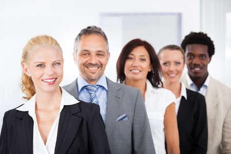 grupo de personas: Grupo de empresarios felices multirraciales pie en una fila