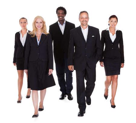 senioren wandelen: Gelukkig Groep Van Mensen Uit Het Bedrijfsleven Staande Op Witte Achtergrond