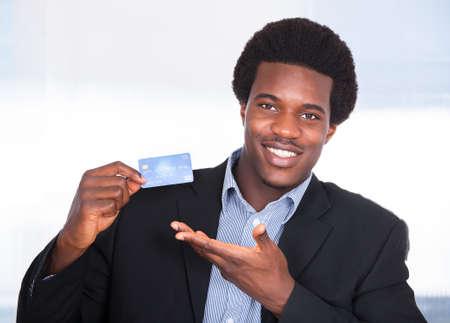 bank overschrijving: Portret Van Jonge Gelukkige Zakenman Holding Creditcard Stockfoto