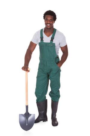 jardinero: Feliz Mujer jardinero pala de explotación sobre fondo blanco