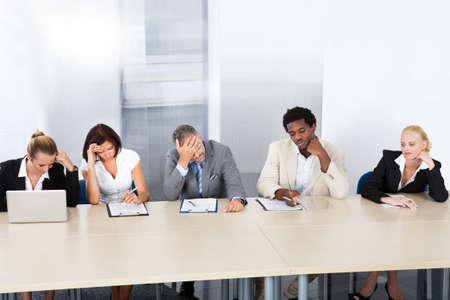 perezoso: Grupo de Funcionarios de Recursos Humanos Corporativos cansados ??Fila