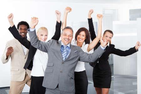 Groep multiraciale ondernemers genieten van hun succes
